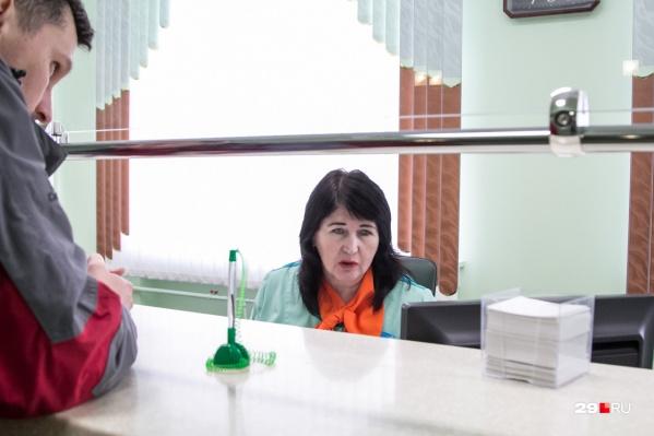 Одни пациенты ждут приема у врача неделями, записавшись заранее. Другие рассчитывают получить помощь в день приема