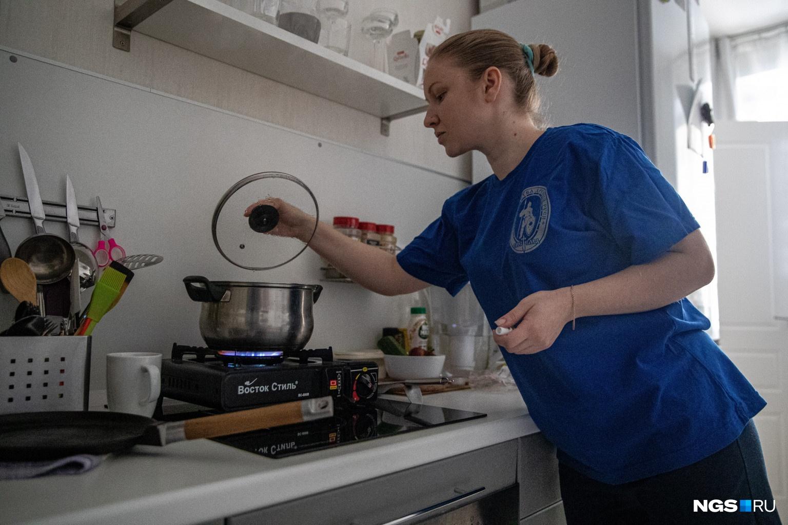 Еще в прошлом году Ангелина купила газовую плитку на случай отключения света