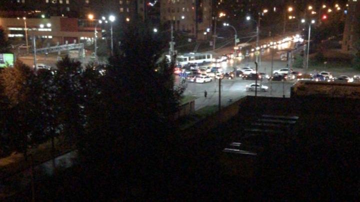 На ВИЗе пропало электричество: из-за отключившегося светофора на Крауля столкнулись машины