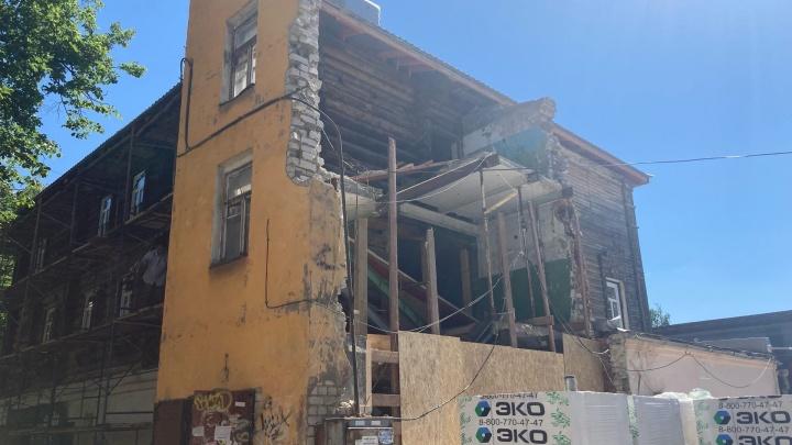 «А если на людей упадет?»: в центре Ярославля собственник без разрешения разобрал часть дома-памятника