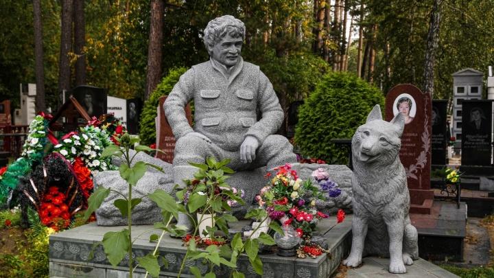 Знаменитости Заельцовского кладбища: НГС сходил на необычную экскурсию — смотрим могилы известных людей