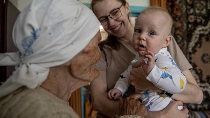 В Сибири нашлась уникальная семья: здесь живы пять поколений, нянчат праправнуков и никогда не ссорятся