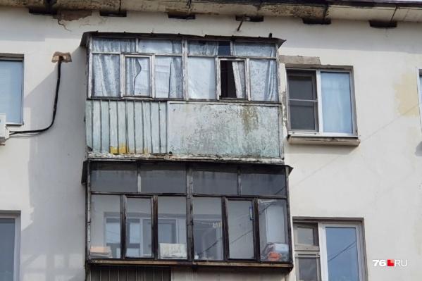 Жителям дома на улице Володарского разрешили оставить остекление и козырьки