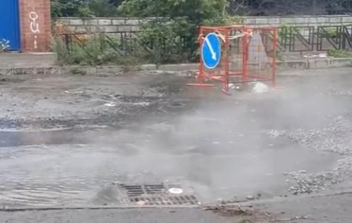 На дороге в Кировском районе уже больше месяца бьет коммунальный гейзер. Видео
