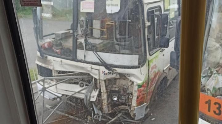 В Архангельске автобус врезался в ограждение возле ТРЦ «Макси». Момент аварии попал на видео
