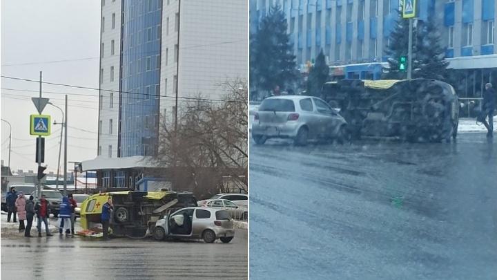В Тюмени на перекрестке перевернулась машина скорой помощи. Пострадали четыре человека