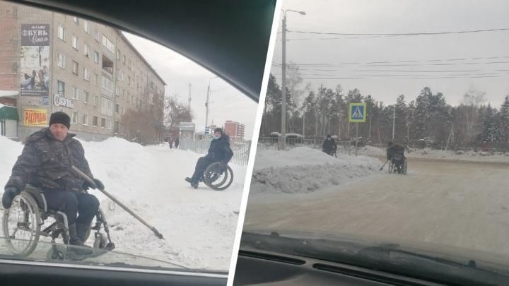 «Это у меня вроде тренажерного зала»: под Новосибирском мужчина в коляске сам чистит дорогу от снега