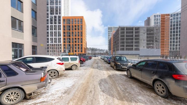 Автомобильное гетто: екатеринбургский фотограф показал, как город утопает в парковках