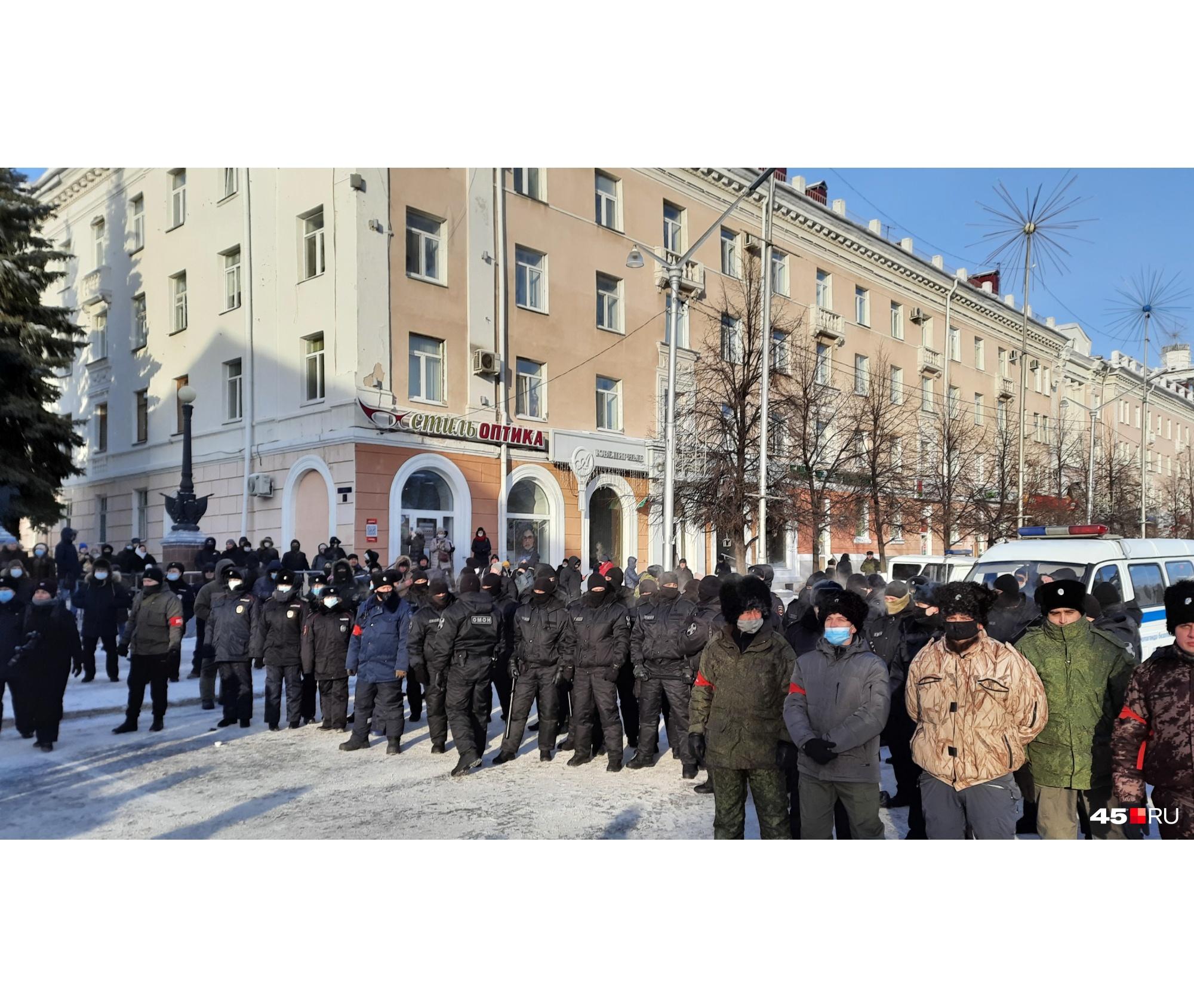 Множество силовиков следили за правопорядком на площади