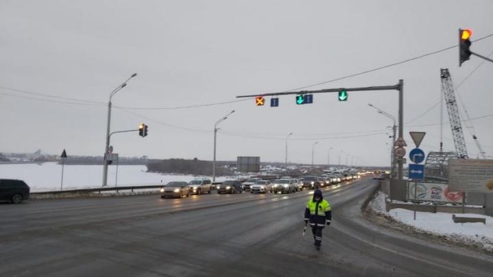 Смотрящий за машинами и меняющийся светофор: рассказываем всё, что нужно знать о перекрытии развязки у Бельского моста в Уфе
