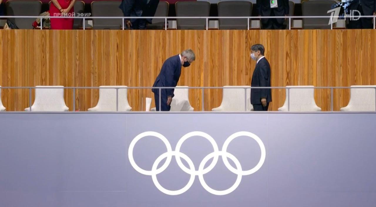 Император Нарухито всерьез обдумывал, не пропустить ли ему церемонию открытия, но все-таки пришел