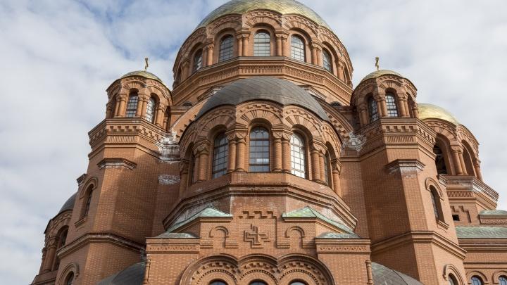 В Волгограде оттирают от грязно-белых пятен недостроенный собор Александра Невского