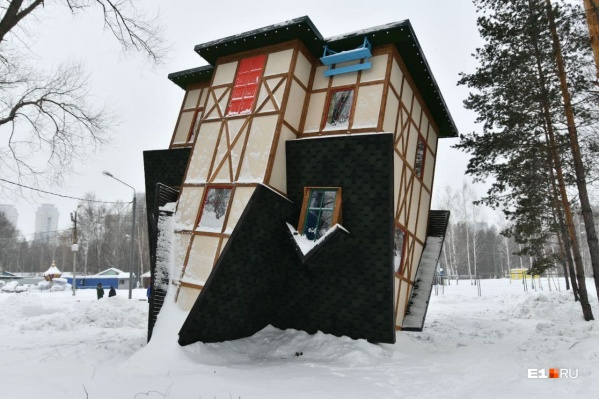 Дом стоит под наклоном в 10 и 13 градусов