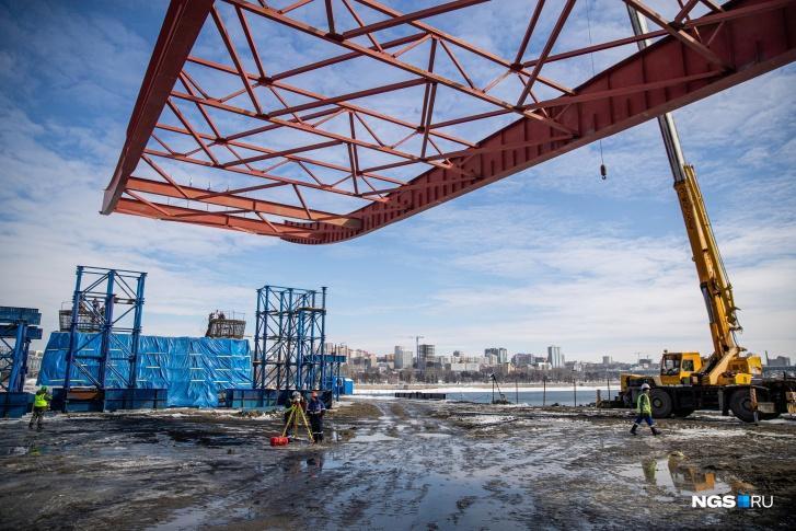 Пролетная конструкция состоит из металлических блоков общей длиной 776 метров и массой 9600 тонн