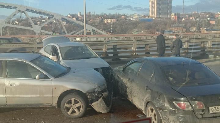 Многокилометровая пробка возникла из-за нескольких ДТП на мосту Сиверса
