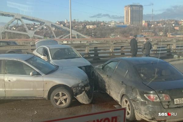 Автомобили перекрыли дорогу общественному транспорту