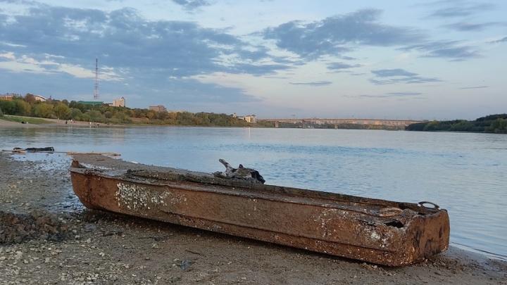 Со дна Иртыша в Омске подняли лодку, которая пролежала там больше полувека