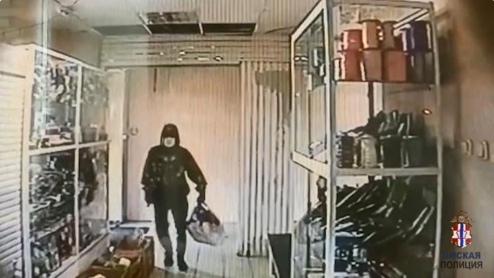 В Омске разыскивают преступника, который ударил молотком сотрудницу ломбарда. Она дала ему отпор