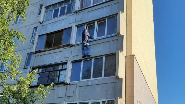 В Кургане спасли мужчину, пытавшегося залезть к себе в квартиру на 3-м этаже через балкон