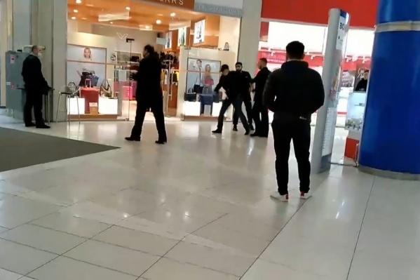 По словам очевидцев, охрана пыталась задержать заподозренного в краже посетителя