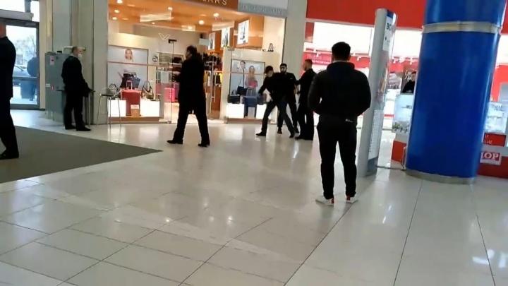 В Волжском охранник торгового центра ударил в лицо заподозренного в краже покупателя. Видео