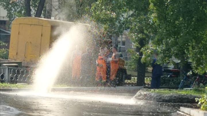 На Уралмаше из-под земли забил фонтан с кипятком
