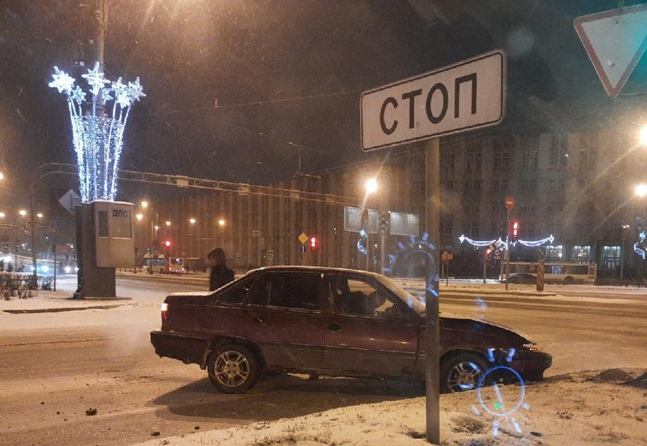 На перекрёстке Софийской и проспекта Славы водитель «Нексии» не справился с управлением