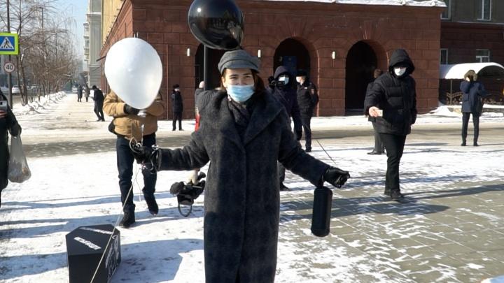 Штраф до 30 тысяч: на многодетную мать составили протокол за акцию с гробом у правительства края