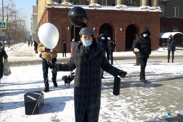 Наталья везет гробик на колесиках к зданию правительства края