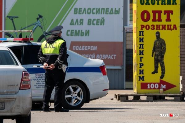 Полицейские приехали на рынок утром