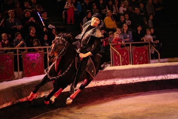 Зрителей ждет встреча с отважными джигитами из конного аттракциона Тамерлана Нугзарова
