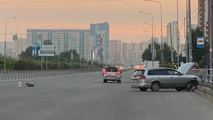 Машина на полном ходу снесла самокатчика, мчавшегося через перекресток в Челябинске