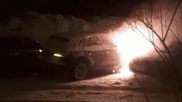 Появилось видео, на котором горит автомобиль известного уфимского адвоката