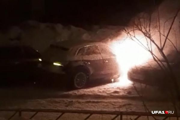 Рядом с машиной Петрова были припаркованы и другие автомобили