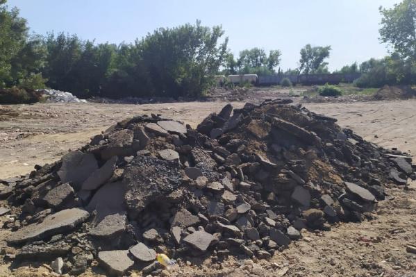 Участки со строительным мусором нашли на берегу Дона