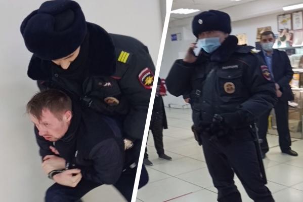 Мужчина отказался надевать маску и его решили задержать. Сейчас полицейские утверждают, что он напал на них