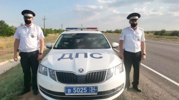 На трассе под Волгоградом инспекторы ГИБДД спасли потерявшего сознание ребенка