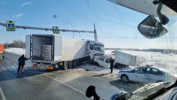 """«У """"газели"""" оторвало кабину». На Тюменском тракте столкнулись автофургон и грузовик"""