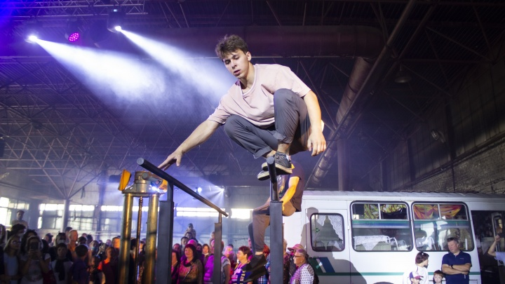 Цирк в автобусном парке и музыкальный перформанс. Как прошел уик-энд «Арт-Оврага» в Выксе