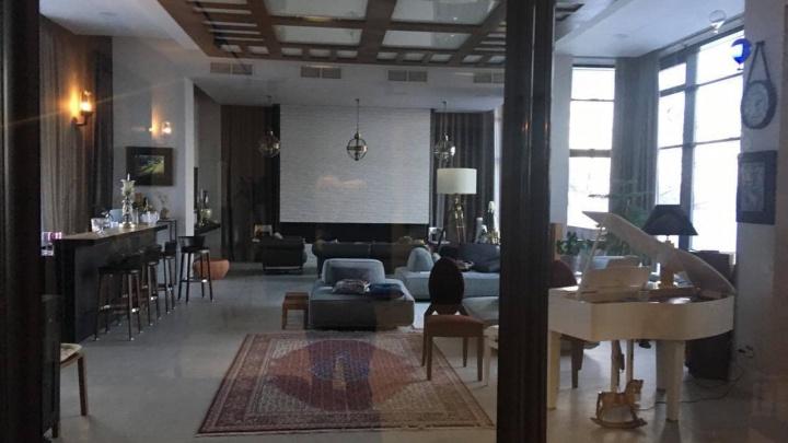 Рояль и панорамные окна: опубликованы снимки роскошного особняка бывшего топ-менеджера «Прогресса»