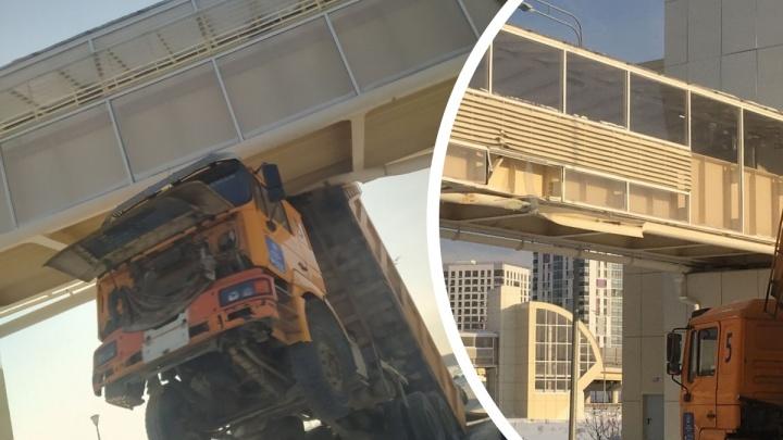 В Тюмени грузовик застрял под надземным переходом и повис в воздухе