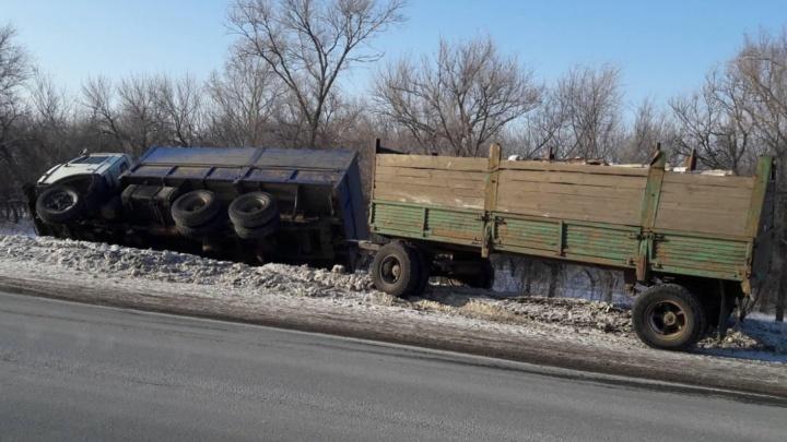 Водитель в тяжелом состоянии: в Самарской области грузовик с дровами улетел в кювет
