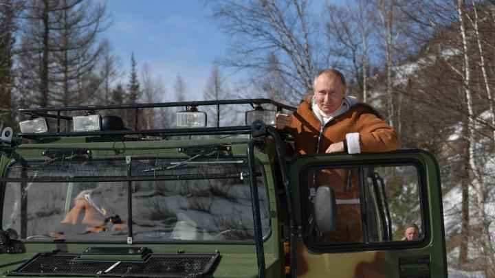 Путин проводит выходные в лесу: он катается на вездеходе и устраивает пикник. Смотрите фото