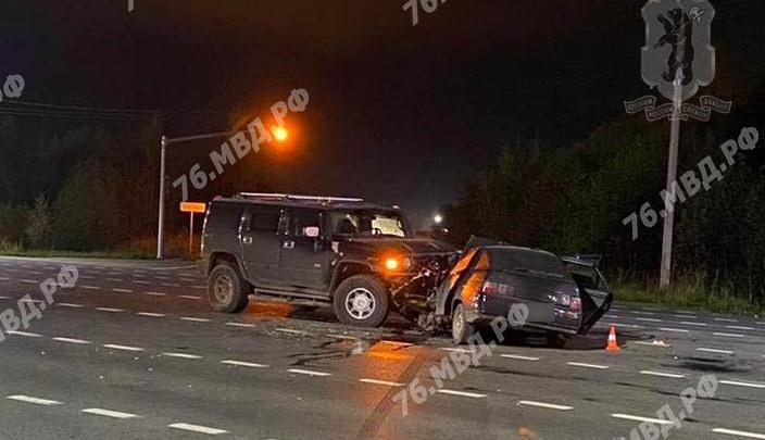 Три человека госпитализированы: в Ярославле ночью «Хаммер» смял «Ладу»
