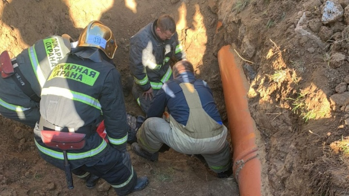 Рабочих засыпало землей в Афонино Нижегородской области. Один человек погиб