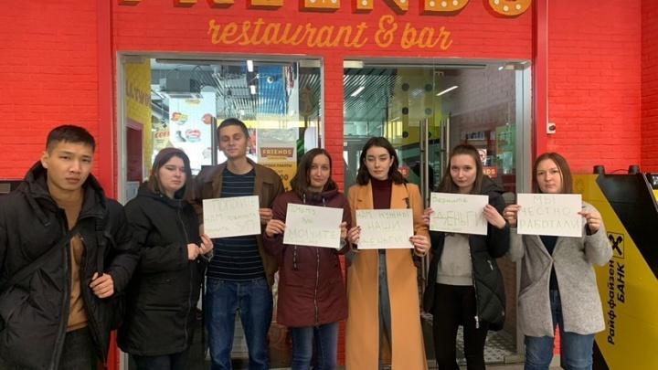 «Нас просто всех кинули»: сотрудники Friends устроили акцию протеста у закрытых ресторанов