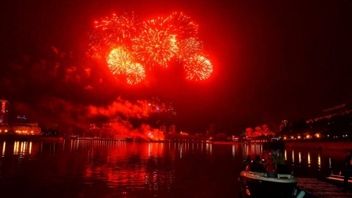 В Екатеринбурге прогремел салют в честь Дня Победы: смотрим лучшие кадры праздничного фейерверка