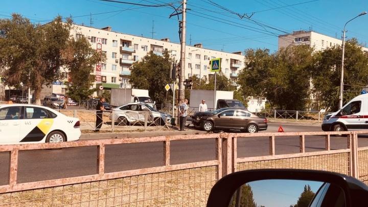 Сыграли в керлинг: в Волгограде одна легковушка вытолкнула другую на тротуар