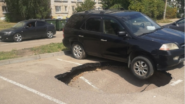 «Это становится традицией»: в Ярославле прямо под машиной провалился асфальт
