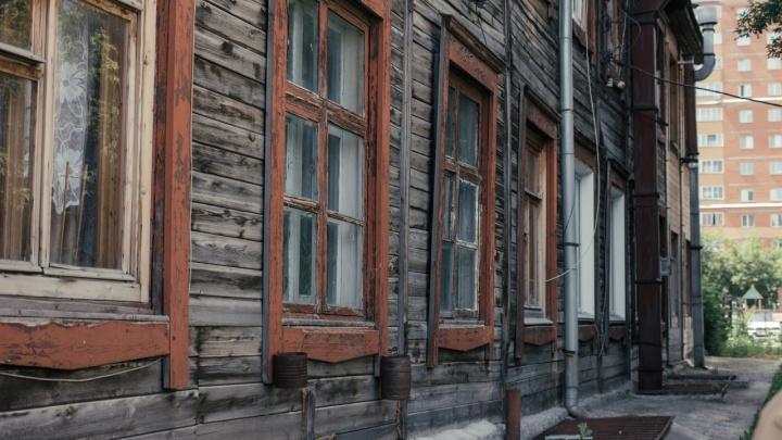 ГЖИ проверила дом с трещинами в центре Новосибирска, где люди моются в подвале. Какие нарушения там нашли?